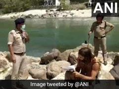ऋषिकेश में लॉकडाउन के बीच बाहर घूम रहे थे टूरिस्ट तो पुलिस ने किया ऐसा... देखें Viral Photos