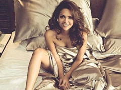 """For Esha Gupta, Waking Up And Looking Like This Is Only """"Expectation"""". Swipe For """"Reality"""""""