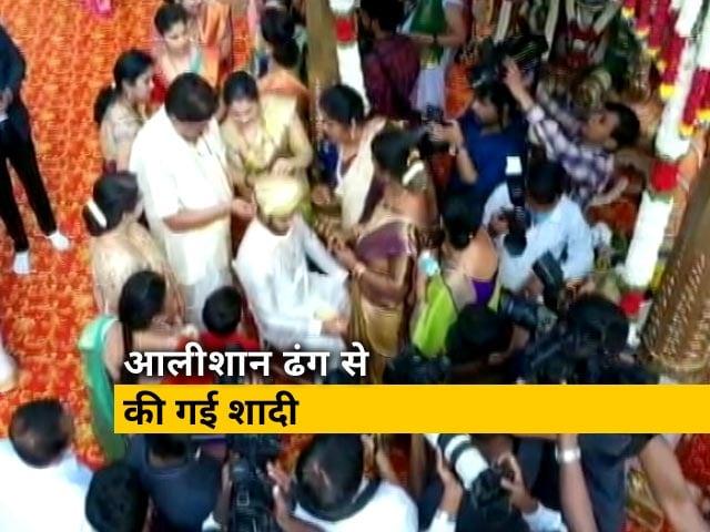 Videos : कर्नाटक के पूर्व मुख्यमंत्री एचडी कुमारस्वामी के बेटे की शादी में उड़ी लॉकडाउन की धज्जियां