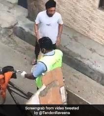 गली-मुहल्लों से गुजरे सफाईकर्मी, तो लोगों ने छत पर खड़े होकर खूब बरसाए फूल, रवीना टंडन ने शेयर किया Video