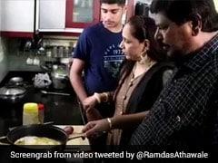 लॉकडाउन के दौरान रामदास अठावले पत्नी के साथ मिलकर बनाया ऑमलेट, VIDEO हुआ वायरल