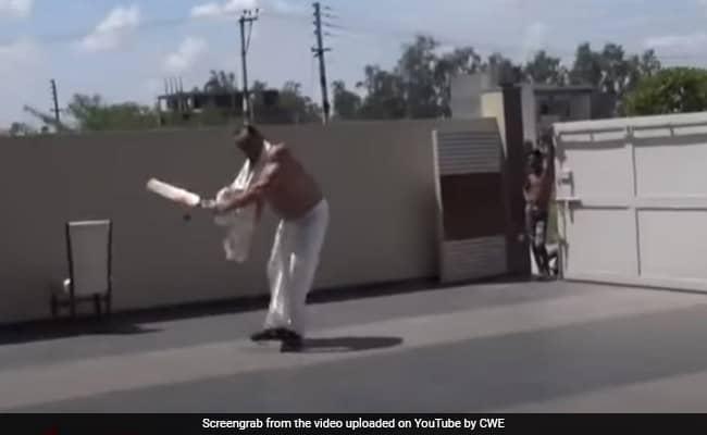 khali played cricket at home during lockdown video goes viral