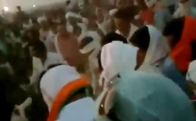 मध्य प्रदेश : गेहूं बेचने आए किसानों को पहले तहसीलदार ने दिया धक्का, फिर पुलिस ने भांजी लाठियां