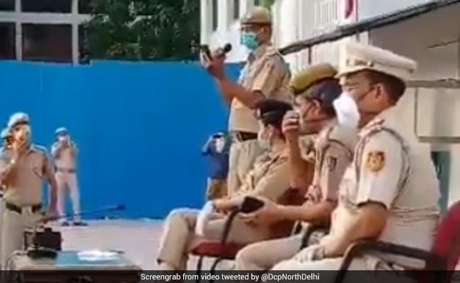 लॉकडाउन में प्रवासी मजदूरों की हौसला अफजाई करते हुए दिल्ली पुलिस के ASI ने गाया गाना, वीडियो वायरल
