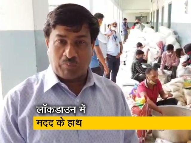 Videos : वाराणसी: मुश्किल में रोज खाने-कमाने वाले, गरीबों-जरूरतमंदों को दे रहे मदद