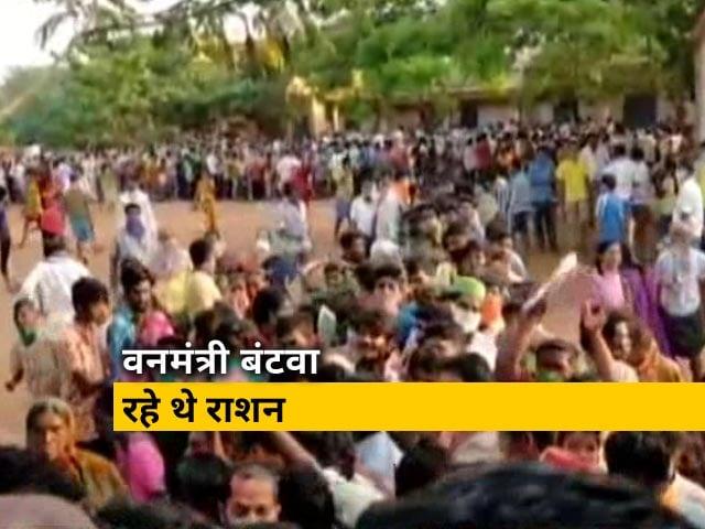 Videos : कर्नाटक: राशन बांटने के दौरान मची अफरा तफरी, सोशल डिस्टेंसिंग की उड़ी धज्जियां
