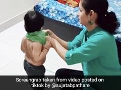 लॉकडाउन में मां ने पहनाई बच्चे को पन्नी, बोली- 'कपड़े की दुकानें खुलवा दो, मोदी जी' - 50 लाख से ज्यादा बार देखा गया Video