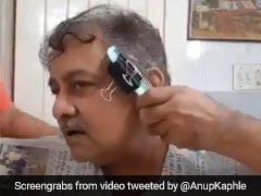 लॉकडाउन में बढ़े बाल तो अंकल ने इस जुगाड़ से झटपट की कटिंग, कंघी घुमाई और कट गए बाल... देखें Video