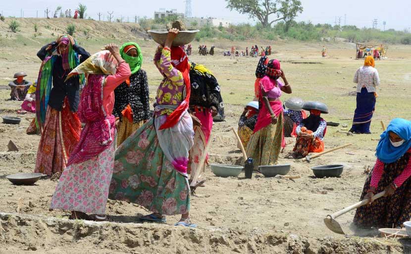 झारखंड सरकार के फैसले में मजदूरों के सामने रोजी-रोटी का संकट, बोले- रेत की तरह फिसल रही जिंदगी