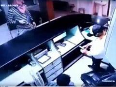 दिल्ली के एक अस्पताल में हथियारबंद बदमाशों ने की लूटपाट, CCTV कैमरे में कैद हुई पूरी वारदात