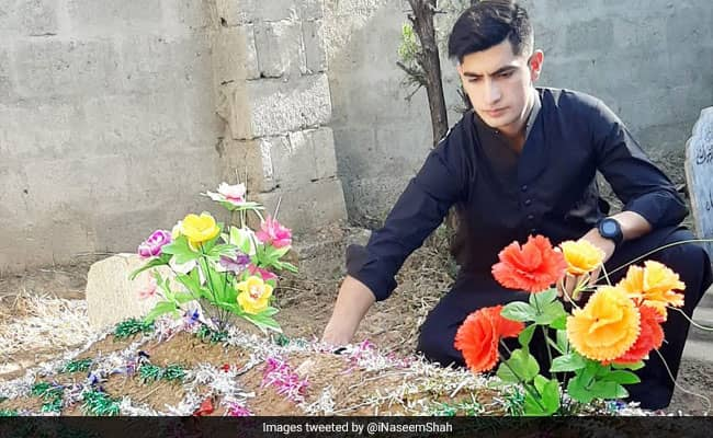 Pakistani Crickter Naseem shah visits his mother grave on eid day share pic on twitter