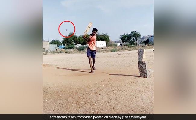 बल्लेबाज ने अजीबोगरीब तरह से जड़ा छक्का, देखकर गेंदबाज के उड़े होश, 60 लाख से ज्यादा बार देखा गया Video