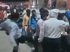 यूपी: प्रतापगढ़ में बस में सवार हो रहे मजदूर को लात मारते अफसर का वीडियो सोशल मीडिया पर वायरल, मिली चेतावनी..