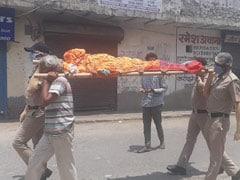 दिल्ली पुलिस का मानवीय चेहरा, पड़ोसियों से मदद न मिलने पर बुजुर्ग महिला की अर्थी को दिया कंधा..