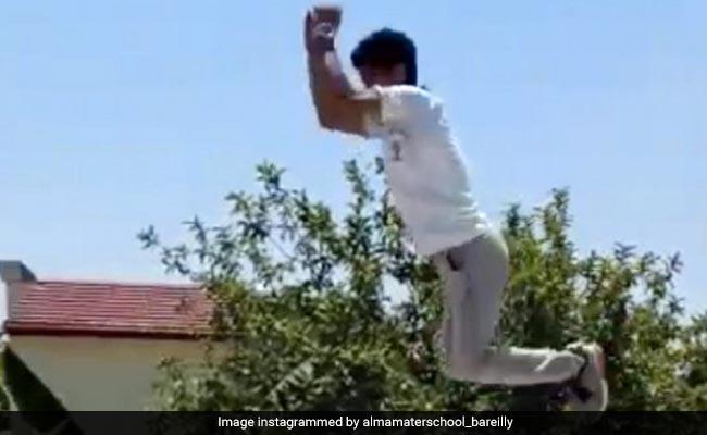 लॉकडाउन में स्कूल ने बच्चों को दिया टास्क, तो लड़के ने छत पर दिखाए ऐसे करतब - देखें पूरा Video