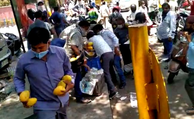 Delhi Crowd Loots Mangoes Worth Thousands From Street Vendor