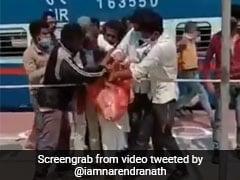 बिहार के रेलवे स्टेशन पर बिस्किटों के लिए यूं हुई छीनाझपटी, बॉलीवुड डायरेक्टर बोले- आत्म निर्भर भारत...देखें Video