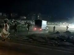 MP-UP बॉर्डर पर भूखे मजदूरों ने किया हंगामा तो पुलिस ने भांजी लाठियां, देखें Video