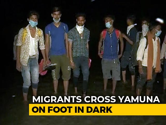 Video : Hundreds Of Migrants Cross Yamuna On Foot At Night To Go Home