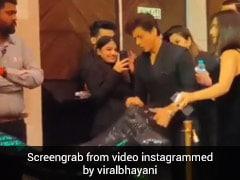 फर्श पर घिसट रहा था गौरी खान का गाउन, तो शाहरुख खान ने यूं उठाया -देखें Throwback Video