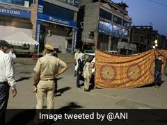 कार में महिला को हुआ लेबर पेन, पुलिस ने बीच सड़क पर चादर की दीवार खड़ी कर कराई डिलिवरी, देखें Viral Photos