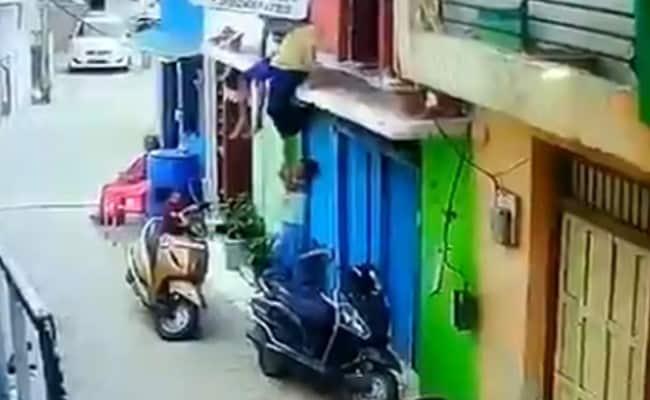 सहेली के साथ छत पर पैर लटाकाए बैठी थी लड़की तभी भाई ने की ऐसी शैतानी और फिर... देेखें Video