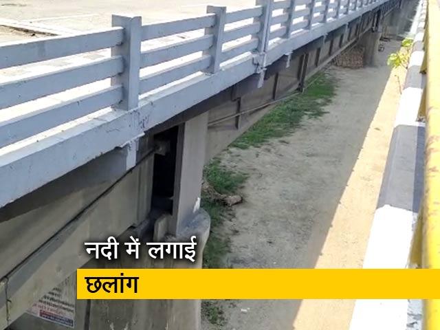 Videos : अमरोहा में पुलिस के डर से पुल से कूदे दो मजदूर, एक की मौत
