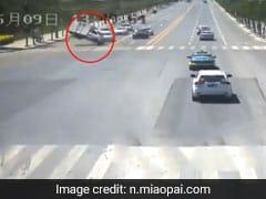 चली इतनी तेज हवा कि गाड़ी उड़ गई, देखकर आस-पास वालों के भी उड़े होश, देखें अजीबोगरीब Video