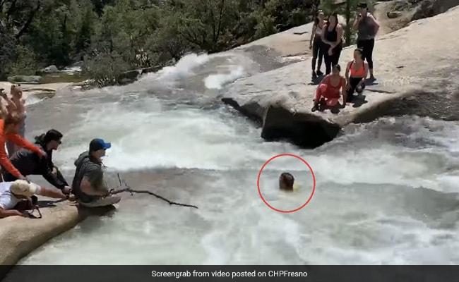 नदी में भंवर में फंस गया शख्स, मौत को छूकर 'टक' से आया वापस - देखें पूरा Video