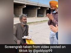 पुलिसवाले ने बुजुर्ग को खिलाया खाना, टिकटॉक पर डाला Video, तो बेटे को मिल गया गुमशुदा पिता और फिर...