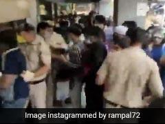शराब के लिए धक्का-मुक्की करते लोगों पर भड़के अर्जुन रामपाल, Video शेयर कर बोले- ये लोग पिटाई के लायक हैं...