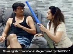'तारक मेहता' में 'बापूजी' का किरदार निभाने वाले एक्टर का Video हुआ वायरल, पत्नी ने यूं डांट लगाकर लगवा डाली झाड़ू