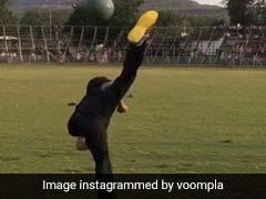 बॉलीवुड एक्टर पर चढ़ा टाइगर श्रॉफ का खुमार, फुटबॉल को हाथों से उछालकर यूं मारी किक- देखें Video