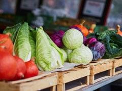 लॉकडाउन में सब्जी वाले ने दुकान के बाहर लगाया बोर्ड, लिखा- 'संभव हो तो खरीदें, नहीं तो मुफ्त में ले जाएं...'