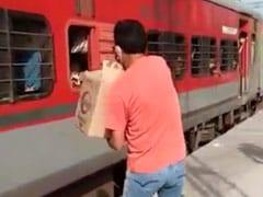 प्रवासी मजदूरों के साथ दुर्व्यवहार, फेंक कर दे रहे थे बिस्किट के पैकेट, रेलवे कर्मचारी सस्पेंड