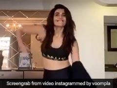 टीवी एक्ट्रेस करिश्मा तन्ना ने डांस करते-करते यूं पहने कपड़े, वायरल हुआ Video