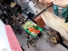 यूपी के मेरठ से सामने आया वीडियो, लॉकडाउन के दौरान सब्जी के ठेलों को पलटाते दिखे पुलिसकर्मी, जांच के आदेश
