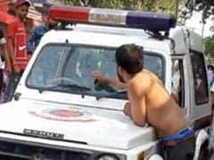 दिल्ली: शराब के नशे में धुत्त युवक ने दिल्ली पुलिस की गाड़ी पर किया हमला, तोड़ा शीशा, देखें VIDEO