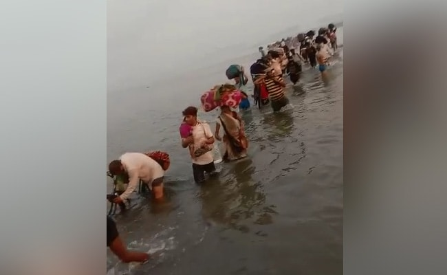 Stirring Photo Shows Migrants Crossing Knee-Deep Yamuna To Get Home