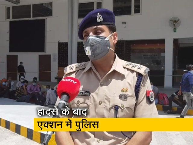 Videos : औरेया हादसे के बाद जगह-जगह प्रवासियों को रोक रही पुलिस