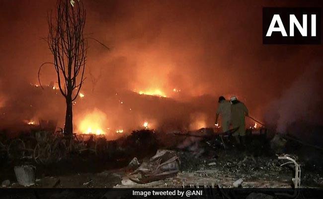 दिल्ली के तुगलकाबाद में भीषण आग से 1500 झुग्गियां जलकर राख, सैकड़ों लोग बेघर