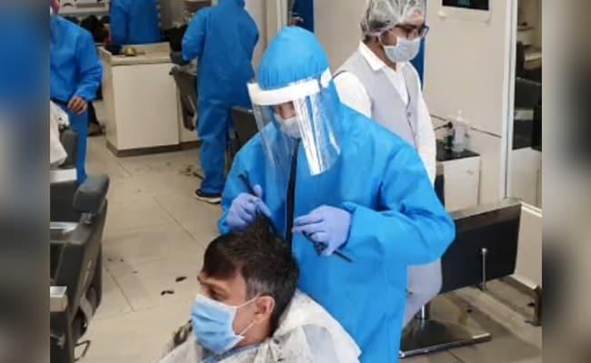 लॉकडाउन में PPE सूट पहनकर नाई कर रहा है कटिंग, बैठने से पहले ग्राहक को करना पड़ेगा ऐसा...