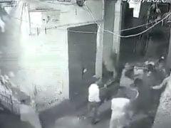 दिल्ली के जहांगीरपुरी क्षेत्र में दो पक्षों के बीच झगड़े में युवक की मौत, CCTV में कैद हुई घटना..