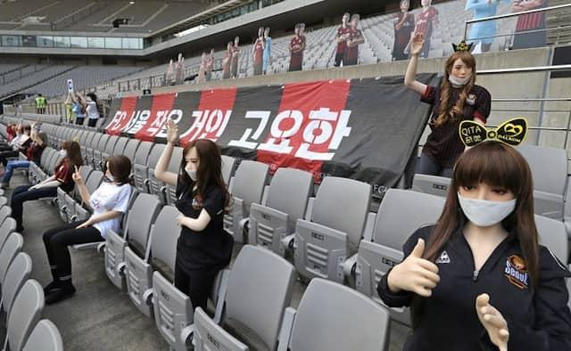 फुटबॉल मैच के दौरान खाली सीट भरने के लिए किया सेक्स डॉल्स का  इस्तेमाल, तो आयोजकों का...