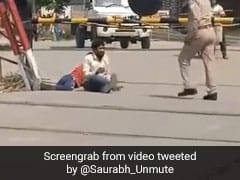 उत्तर प्रदेश: तपती धूप में प्रवासी मजदूरों को जमीन पर लोटवाने वाले पुलिसकर्मियों के खिलाफ कार्रवाई, एक लाइन हाजिर तो दूसरा...