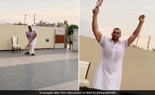 Khali ने फुटबॉल से खेला क्रिकेट, बल्ला घुमाकर हवा में उड़ाई गेंद तो देखता रह गया गेंदबाज... देखें Viral Video