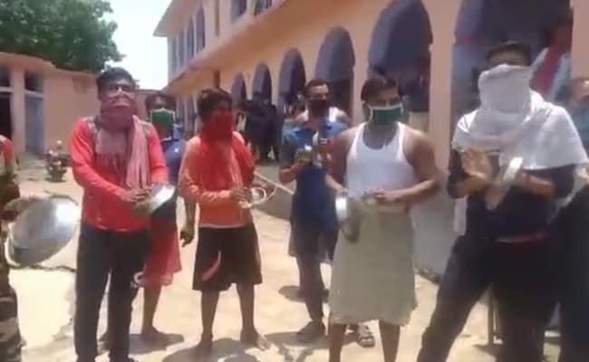 बिहार : क्वारेंटाइन सेंटर में भोजन नहीं देने का आरोप, थाली बजाकर विरोध प्रदर्शन
