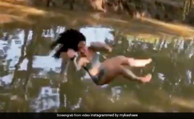 डंडा पकड़कर नदी में कूद रही थी लड़की, तभी रस्सी में उलझी और हो गया ऐसा हादसा... देखें Video