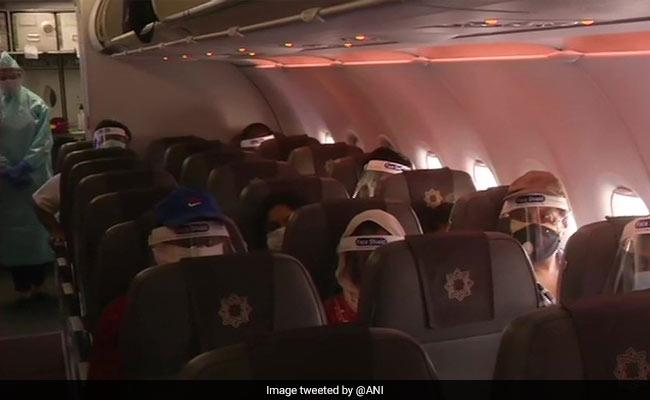 घरेलू हवाई यात्रा आज से शुरू: दिल्ली से भुवनेश्वर के लिए रवाना हुई फ्लाइट, क्वारंटाइन व दूसरे नियमों को लेकर भ्रम की स्थिति