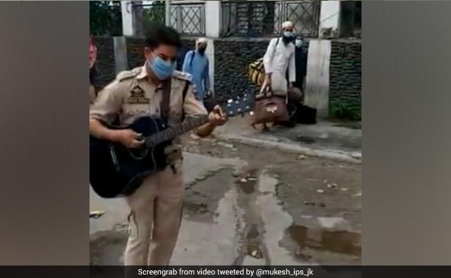 जम्मू स्टेशन के बाहर हाथ में गिटार लेकर पुलिस जवान ने गाया- 'गुलाबी आंखे जो तेरी देखी...'; देखें Video